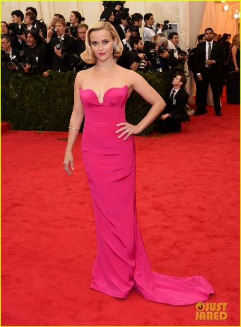 Reese Witherspoon nổi bật với tông màu hồng của Stella McCartney.