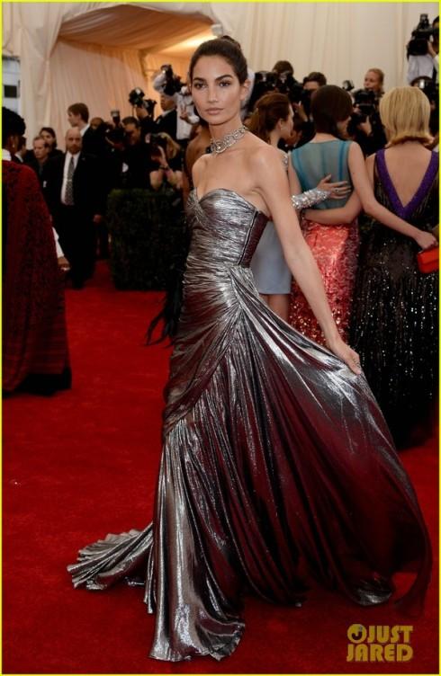 Siêu mẫu Lily Aldridge tỏa sáng trên thảm đỏ với đầm của Michael Kors.