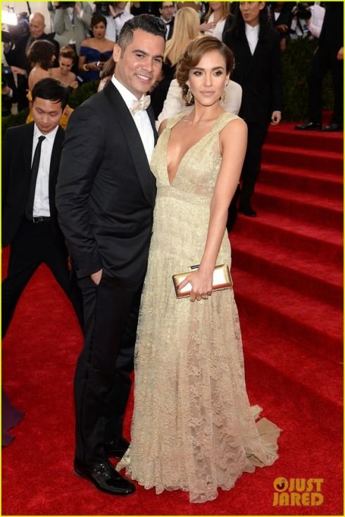 Jessica Alba khác lạ với đầm của Diane Von Furstenberg.