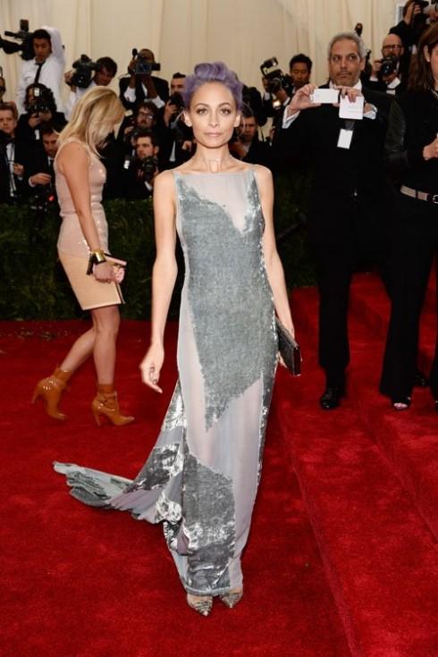 Nicole Richie mặc chiếc đầm bạc của Donna Karan Atelier.