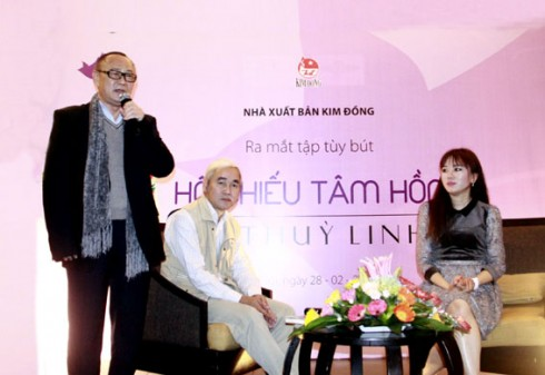 Nhà phê bình Ngô Thảo phát biểu tại ra buổi ra mắt tùy bút Vi Thùy Linh.