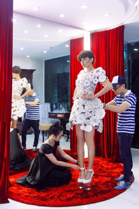 Người mẫu Mâu Thanh Thủy hỗ trợ NTK Công Trí trong việc thử trang phục (2)