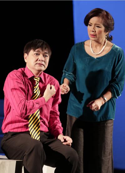 Quốc Thảo (trái) thể hiện tốt vai Trầm Luân trong lần trở lại sân khấu chính kịch Sài Gòn sau nhiều năm vắng bóng.