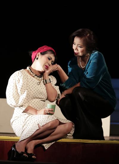 Nghệ sĩ Thanh Thúy (trái) vào vai bà Si bên cạnh Minh Trang, người đàn bà mang tên Thiên Thiên - nhân vật trung tâm của vở diễn.
