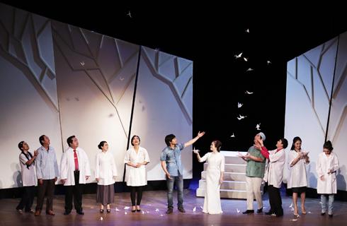 Hình ảnh hạc giấy trong vở kịch.