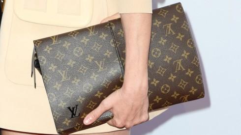 Một chiếc clutch Louis Vuitton