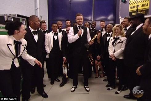 Do đang bận lưu diễn, Justin Timberlake không có mặt trực tiếp mà nhận các giải thưởng qua kênh truyền hình trực tiếp