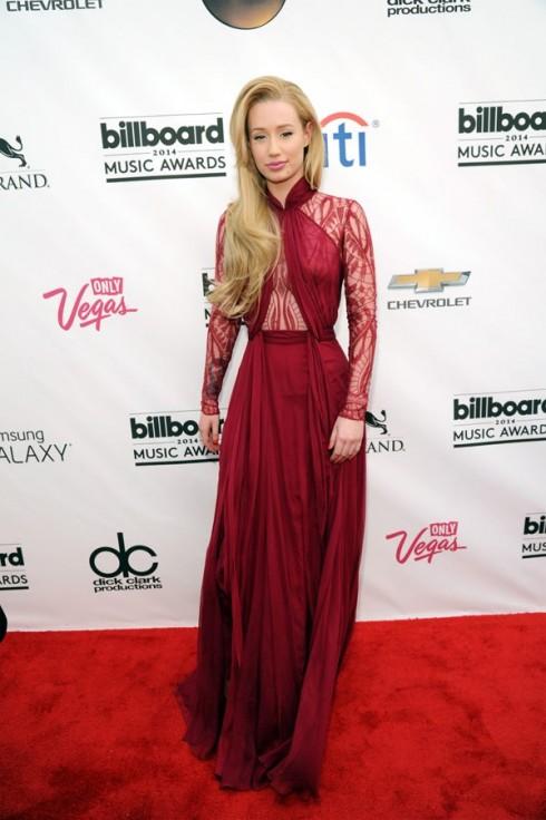 Ca sĩ Iggy Azelea với đầm ren đỏ ấn tượng.