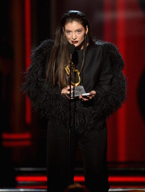 Ca sĩ Lorde nhận giải trên sân khấu