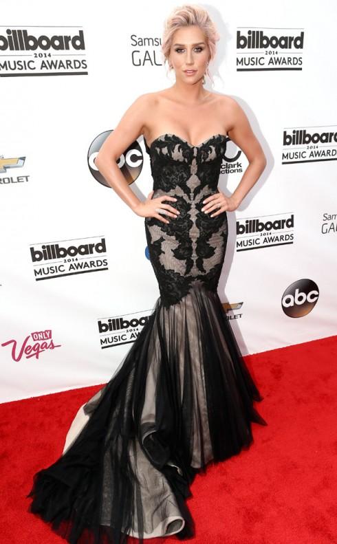 Ca sĩ Ke$ha với chiếc đầm dạ hội đuôi cá sang trọng.