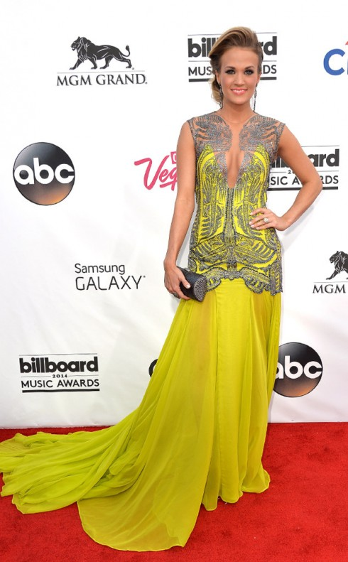Carrie Underwood thu hút mọi ánh nhìn với bộ đầm dạ hội vàng rực rỡ.