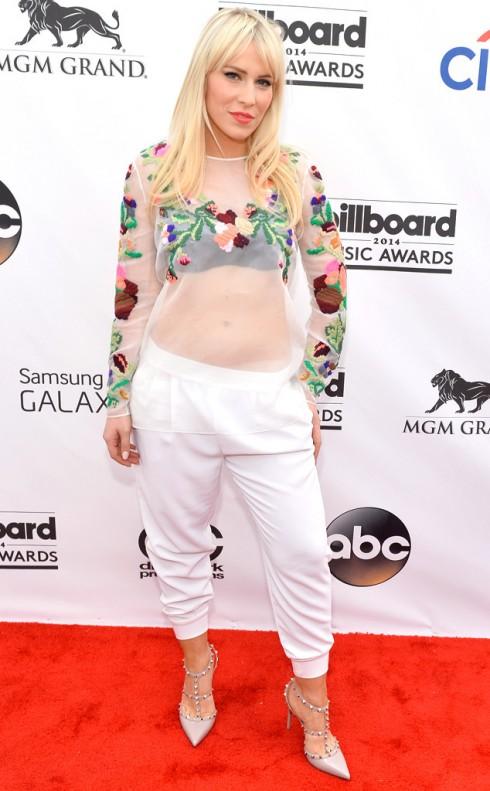 Natasha Bedingfield phá cách với áo sheer và quần thụng