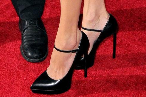 Đi cùng là đôi cao gót tone-sur-tone hiệu Mary Janes.