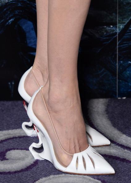 Cùng với đôi giày da Christian Louboutin có phần gót cách điệu cầu kì, bộ trang phục của Angelina Jolie thực sự hoàn hảo trong sự kiện này.