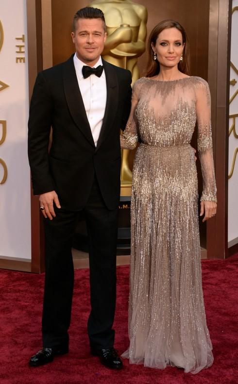 Một ngày sau đó, Angelina Jolie tay trong tay cùng Brad Pitt tham dự lễ trao giải Oscar 2014.