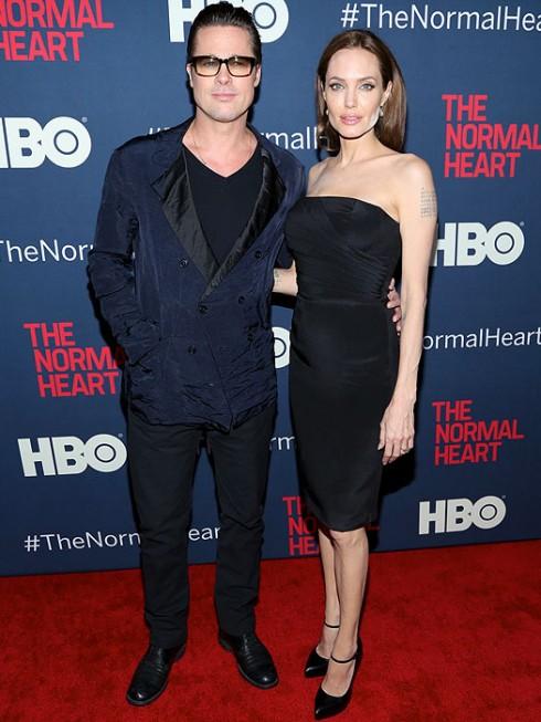 Giữa tháng 5/2014, Angelina Jolie cùng Brad Pitt xuất hiện trong buổi công chiếu phim 'The Normal Heart' tại New York.  Cô chọn chiếc đầm tối giản màu đen tối giản hiệu Saint Laurent.