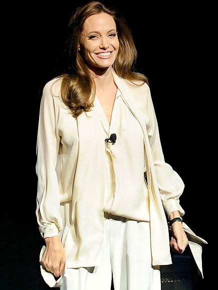Cô xuất hiện gần gũi và nữ tính trong bộ trang phục màu kem của Juan Carlos Obando với quần suông ống rộng và chiếc áo tay dài cổ rủ.
