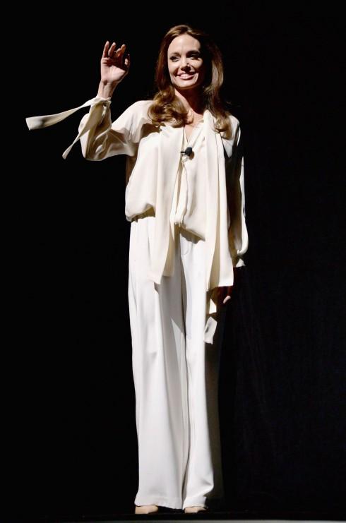 Cuối tháng 3/2014, Angelina Jolie tham gia buổi giới thiệu về bộ phim Unbroken do cô làm đạo diễn tại CinemaCon 2014, Las Vegas.