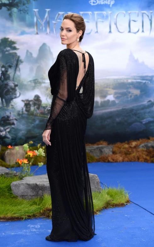 Chiếc đầm đen tinh tế và cầu kì với những chuỗi hạt pha lê Swarovski đính dọc theo các đường xếp ly áo.