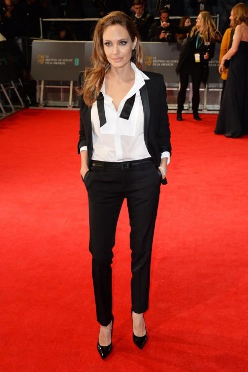 Cô chọn cho mình một bộ menswear lịch lãm tông trắng đen từ thương hiệu Saint Laurent cô yêu thích.