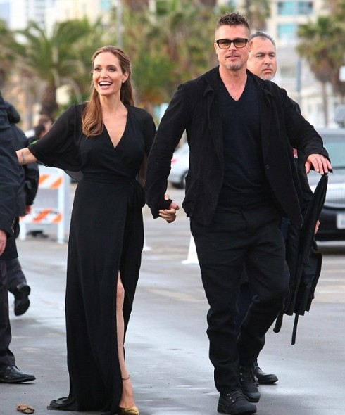 Đầu tháng 3/2014, 2 vợ chồng Angelina Jolie tham gia buổi trao giải Independent Spirit Awards 2014 tại California. Vẫn trung thành với màu đen quyền lực và nhãn hiệu Saint Laurent, Angelina Jolie quý phái với đường cut-out khoe đôi chân.