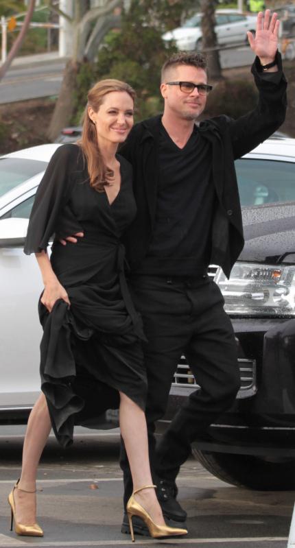 Angelina chọn đôi cao gót mũi nhọn màu ánh kim vàng hiệu Saint Laurent để kết hợp cùng bộ váy.