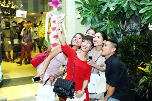 Uyên Linh chụp ảnh kỷ niệm với bạn bè