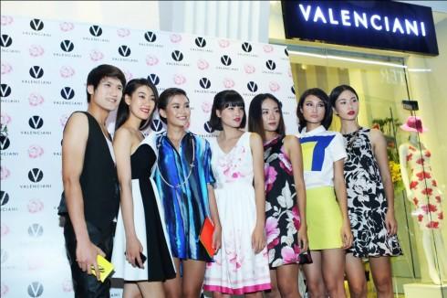 Dàn người mẫu Việt Nam next top model chụp ảnh kỷ niệm