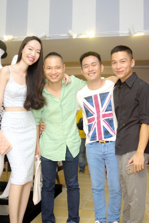 NTK/Giám đốc sáng tạo Adrian Anh Tuấn chụp ảnh với bạn bè