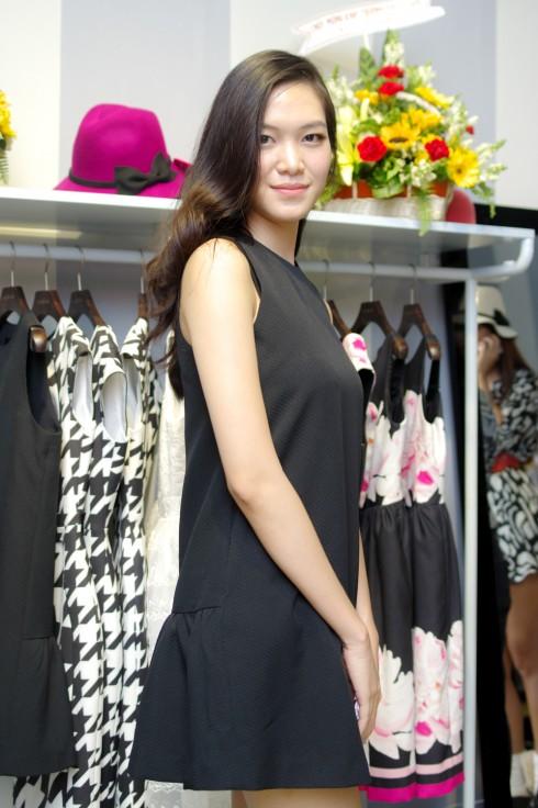 Hoa hậu Thùy Dung giản dị  trong thiết kế Valenciani