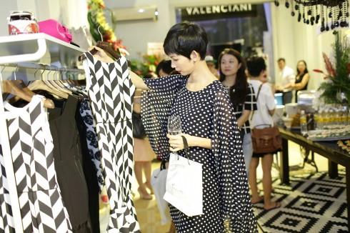 Siêu mẫu Xuân Lan thăm quan cửa hàng Valenciani