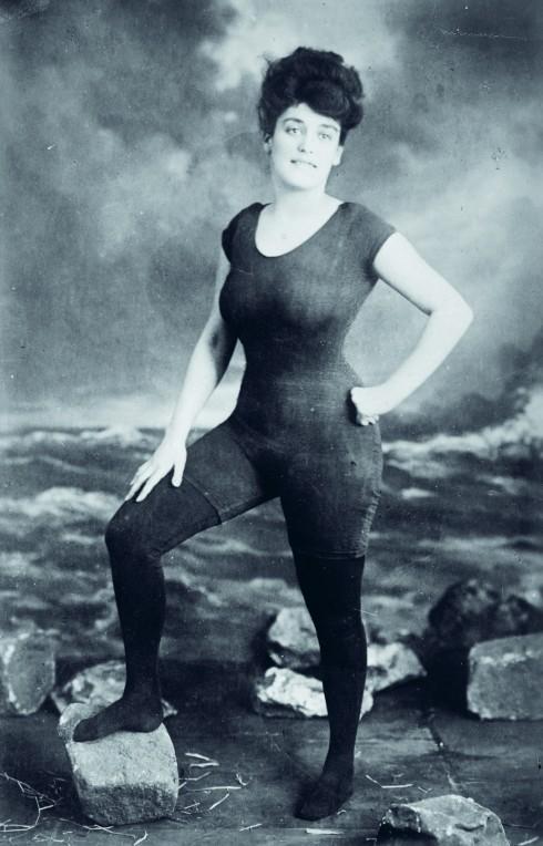 VĐV bơi Annette Kellerman gây sốc với áo tắm để lộ những đường nét cơ thể vào năm 1907