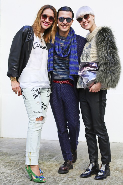 Alessandro: Trang phục Missoni. Linda: Áo len Antonio Marras, Quần da và túi Joop