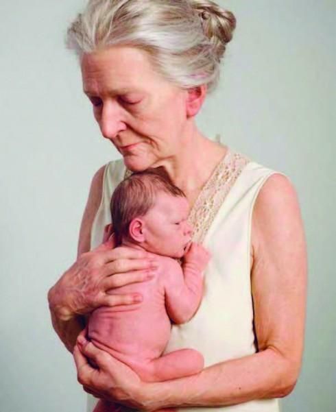 Tác phẩm điêu khắc mô tả tình cảm gia đình và hai thế hệ của Sam Jinks