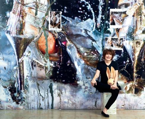 Nữ nghệ sĩ Marilyn Minter bên một bức tranh cho thấy khả năng nắm bắt chuyển động vô cùng tinh tế của mình