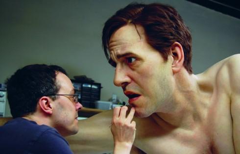 Nhà điêu khắc Jamie Salmon đang hoàn thiện tác phẩm của mình, bức tượng một người đàn ông đang hoảng hốt