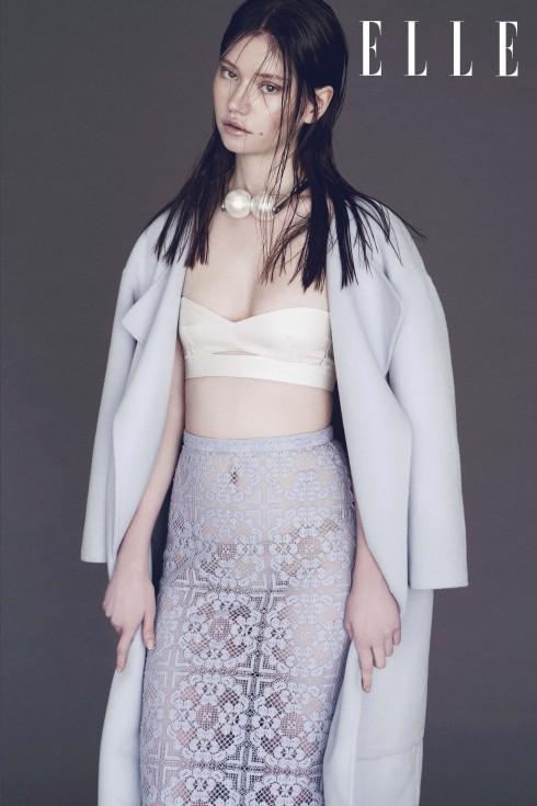 Áo khoác và chân váy Burberry Prorsum, Áo top Salvatore Ferragamo, Vòng cổ Chanel