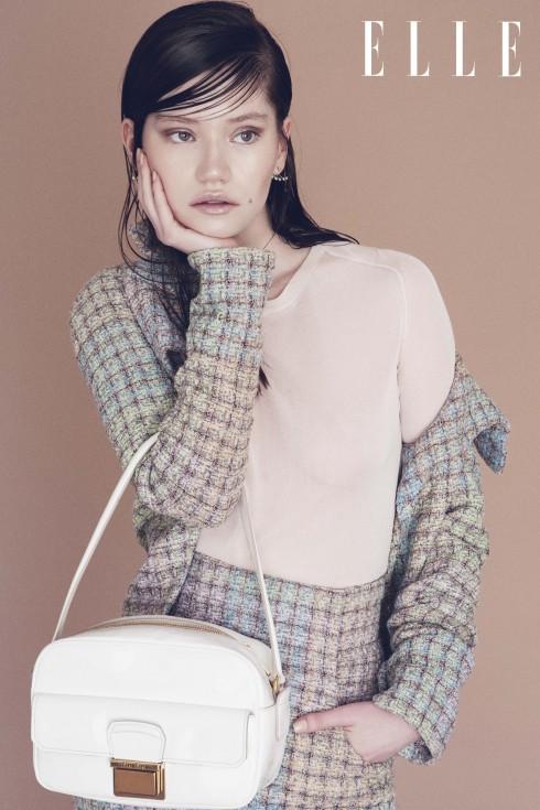 Áo khoác và đầm Chanel, Áo top Salvatore Ferragamo, Túi Miu Miu
