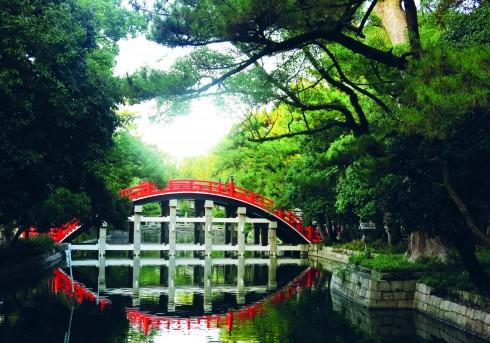 Trái ngược với một Osaka cực kì sôi động tới mức có phần quá ồn ào với đủ tiếng nhạc ầm ĩ và hàng nghìn người tụ tập quanh các khu mua sắm, vào ban đêm là một Osaka rất thanh tĩnh, ban ngày với những tòa thành cổ, những cây cầu sơn son soi bóng nước xanh biếc