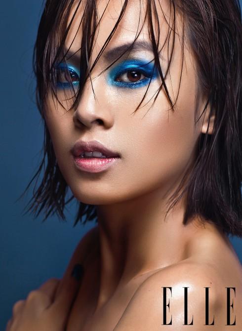 Phấn mắt xanh biển được viền cả mí trên lẫn mí dưới, không kẻ viền, không mascara. Tóc vuốt gel chải ướt, lộn xộn một cách cố ý.