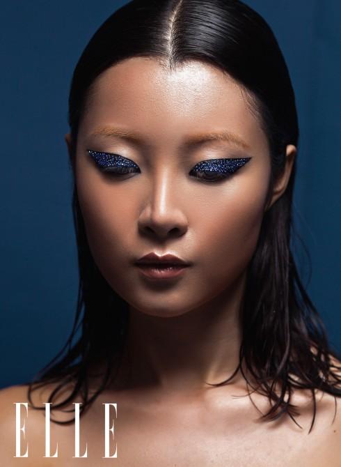 Từng hạt pha lê được đính bằng tay lên khắp phần mắt nước kẻ dày để tạo nên hiệu ứng như biển đêm lấp lánh. Son môi da cân bằng đôi mắt sắc sảo kịch tính.