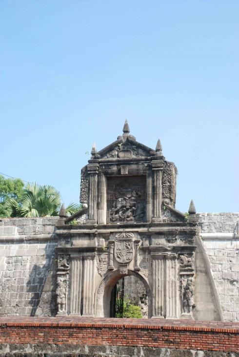 Cổng thành mang đậm nét kiến trúc châu Âu với họa tiết La Mã đặc trưng.