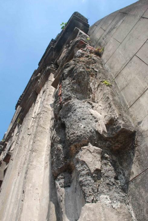 Những tàn dư của Thế chiến thứ hai vẫn còn lưu lại trên công trình pháo đài cổ.