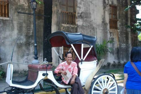 Những người đàn ông sẵn sàng đánh xe ngựa đưa bạn đi tham quan và kể cho bạn nghe những câu chuyện thú vị về pháo đài Santiago.