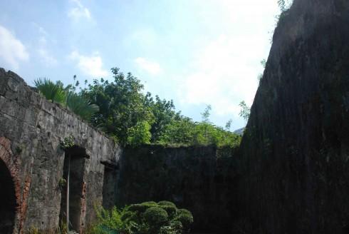 Bức tường thành kiên cố với lớp gạch được tu bổ lại sau những sự phá hủy khốc liệt của bom quân đội Mỹ. Phía bên trên, bạn có thể đi bộ để nhìn bao quát khu pháo đài.