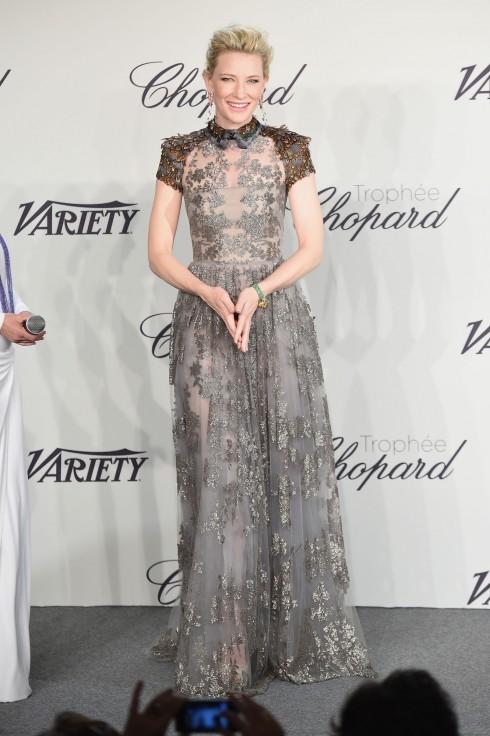 """1. Cate Blanchett<br/>Sẽ không ngoa khi gọi Cate Blanchett là """"nữ hoàng"""" của mọi thảm đỏ.  Với bất cứ trang phục nào, từ những chiếc váy dạ hội thướt tha của Valentino hay Givenchy đến quần tây và áo không tây trẻ trung của Delpozo, Cate luôn toả sáng một cách nhẹ nhàng và thanh lịch nhất.  <br> <br> Cate Blanchett trong thiết kế Valentino"""