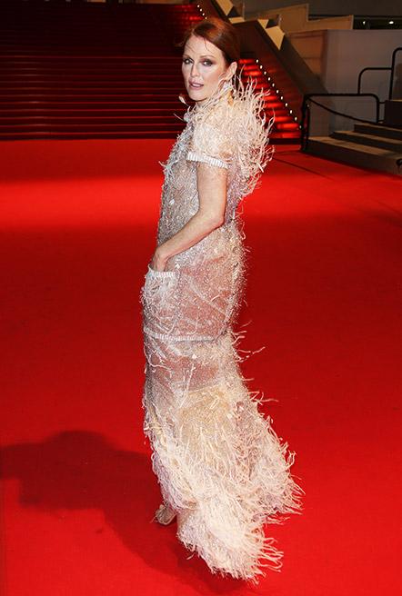 2. Julianne Moore<br/>Julianne là một trong những diễn viên đàn chị của Hollywood và bất chấp tuổi tác, cô trông càng mặn mà với những lựa chọn thời trang hiện đại và luôn phù hợp với lứa tuổi của mình. <br> <br> Ảnh: Julianne Moore trong thiết kế Chanel Haute Couture