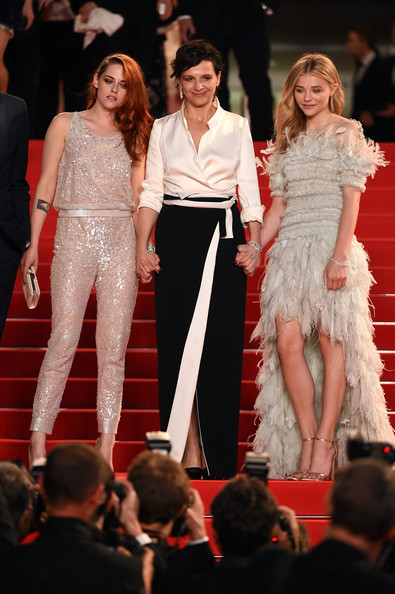 8. Juliette Binoche <br/>Nữ diễn viên kì cựu người Pháp không hề kém cạnh khi xuất hiện bên cạnh hai gương mặt trẻ Kristen Stewart và Chloe Moretz. Juliette chọn trang phục đơn giản với 2 màu cơ bản trắng và đen nhưng vẫn rất thanh lịch và chic!