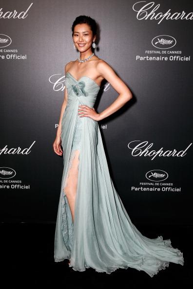 7. Liu Wen là gương mặt châu Á mới trên thảm đỏ Cannes năm nay với vẻ đẹp dịu dàng thuần chất Á Châu. Thân hình mảnh khảnh của cô thật hợp với những chiếc váy dạ hội màu trung tính của Vionet và Roberto Cavalli.<br><br>Ảnh: Liu Wen trong thiết kế Elie Saab