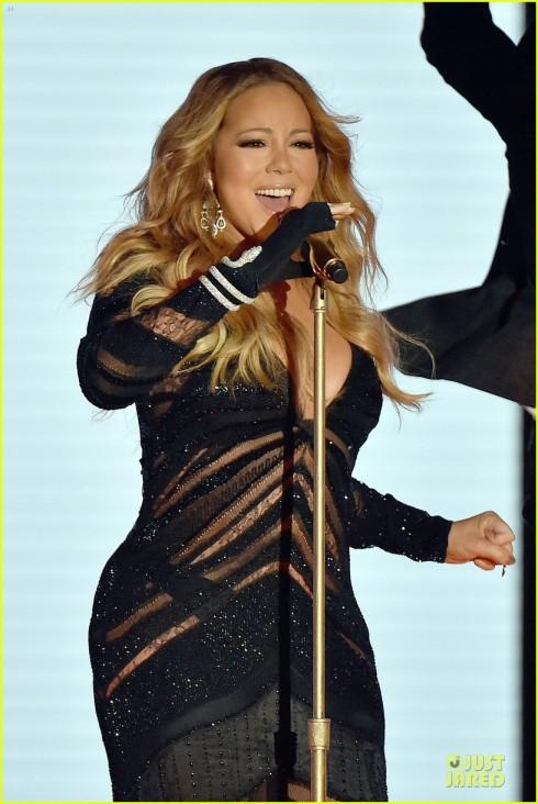 Mariah Carey biểu diễn tại lễ trao giải.